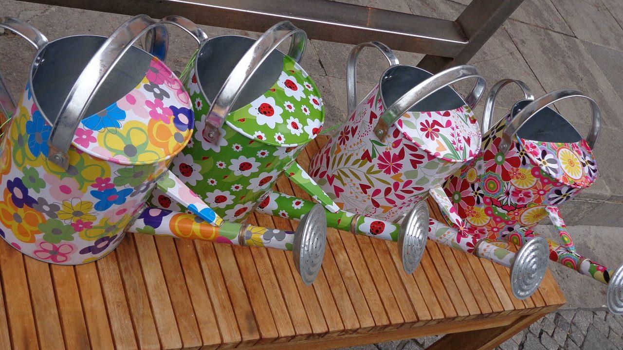 1. Bewässerungsflasche: Stecke eine zugeschraubte Flasche verkehrt in den Blumentopf. Bohre vorher Löcher in den Schraubverschluss - Fotocredit: Pixabay/ute89