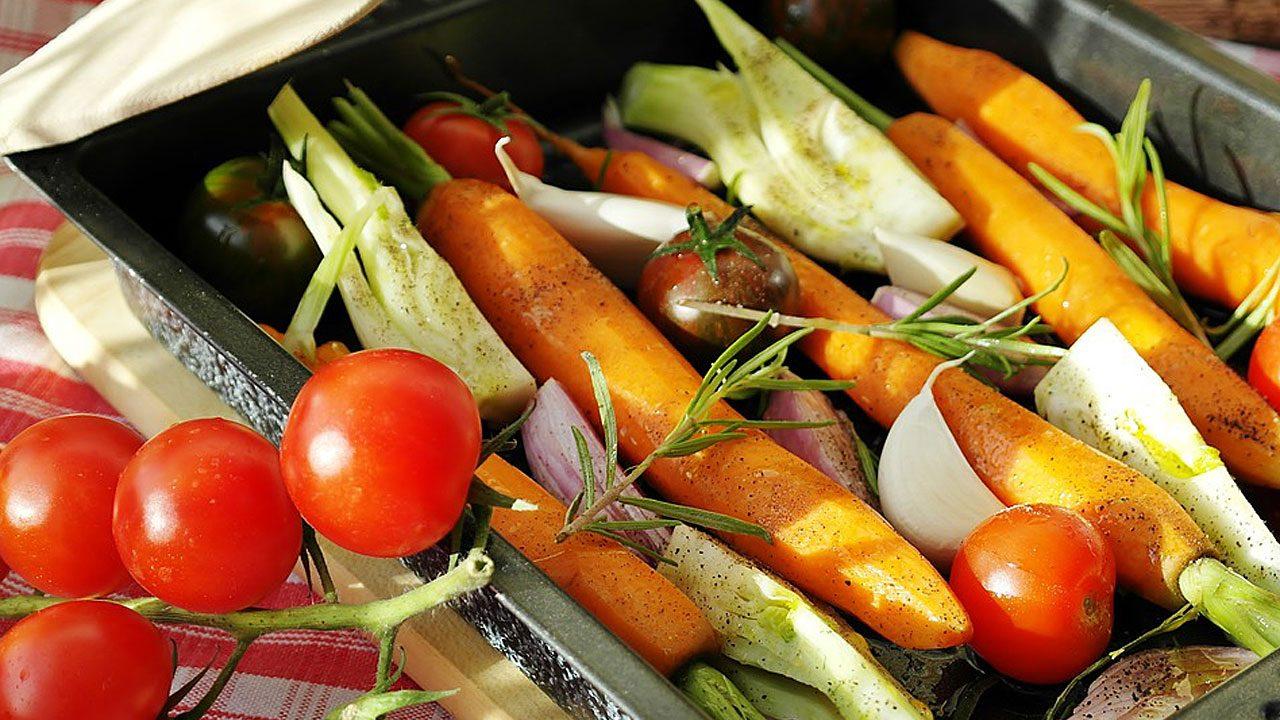 6. Mit einer Grillpfanne sparst du Alu-Müll und garst Gemüse perfekt. - Fotocredit: Pixabay/RitaE