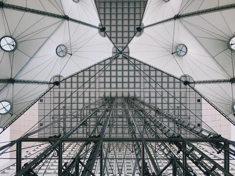 Der Grande Arche de la Defense in Paris ist ein Beispiel für Minimalismus in der Architektur. Aber auch in Österreich finden sich Bauwerke, die dieser Strömung angehören. -Fotocredits: htrindade/unsplash