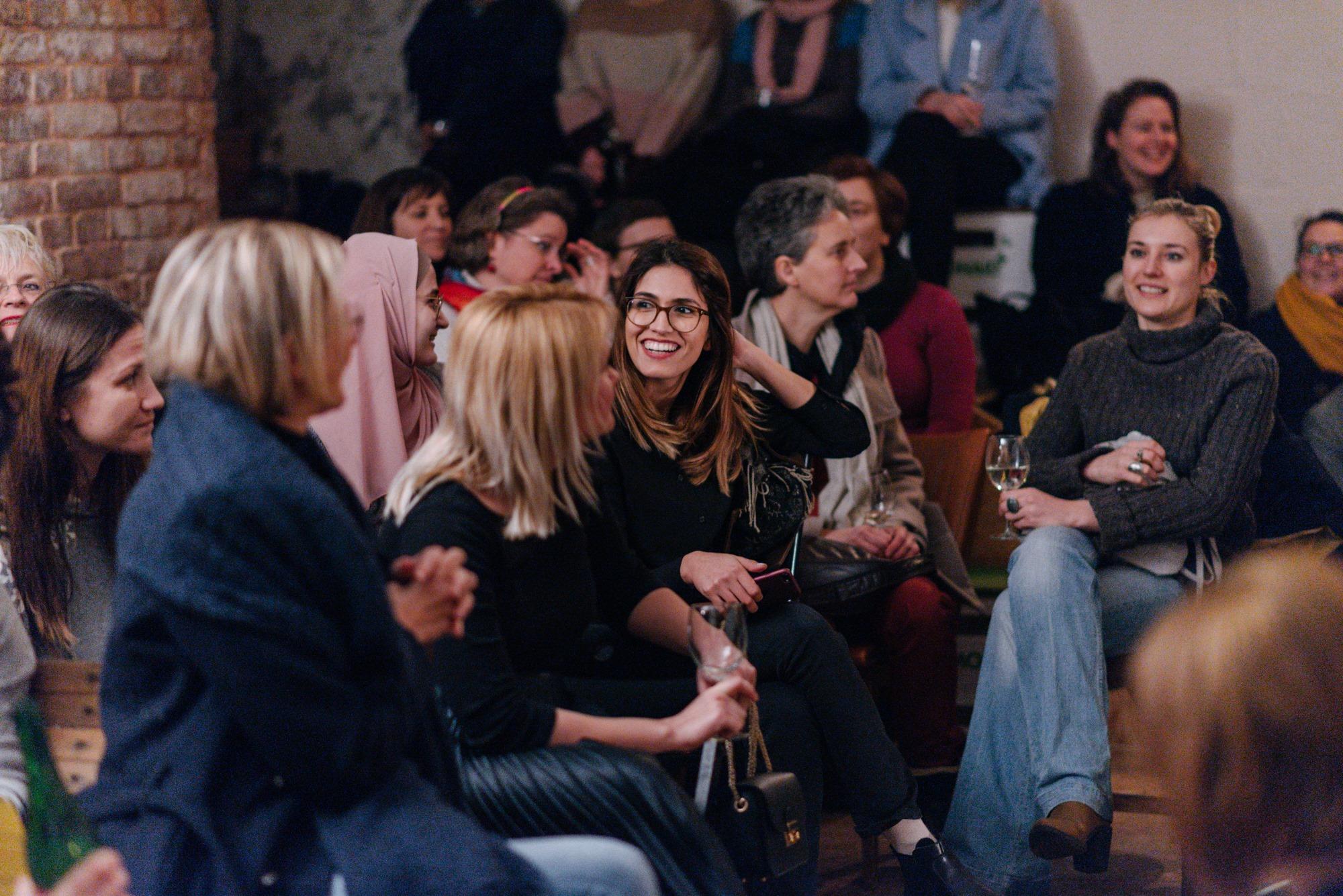 Bei der Mitgliederversammlung treffen sich Frauen um sich untereinander auszutauschen und zu vernetzen. -Fotocredits: Julia Dragosits/Sorority