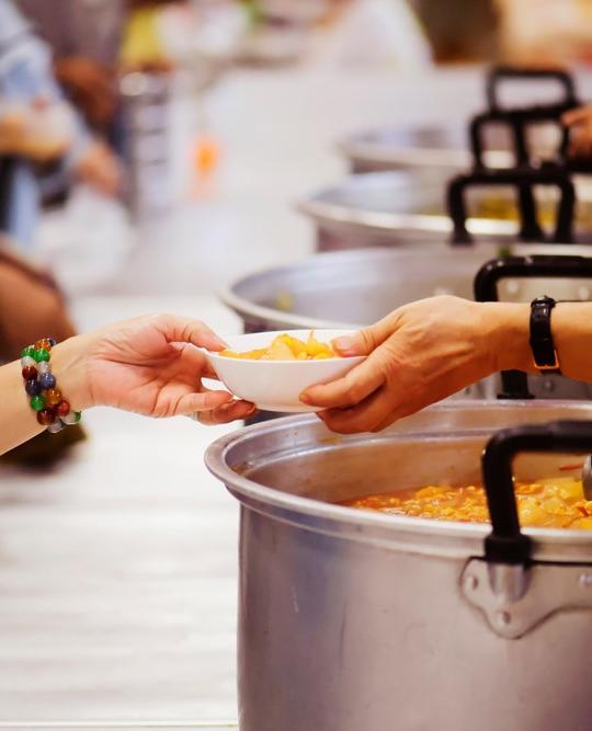 Soziales Engagement und Freiwilligenarbeit ist nicht nur eine wertvolle Unterstützung für die Gemeinde, sondern auch eine persönliche Bereicherung. -Fotocredits: addkm/Shutterstock