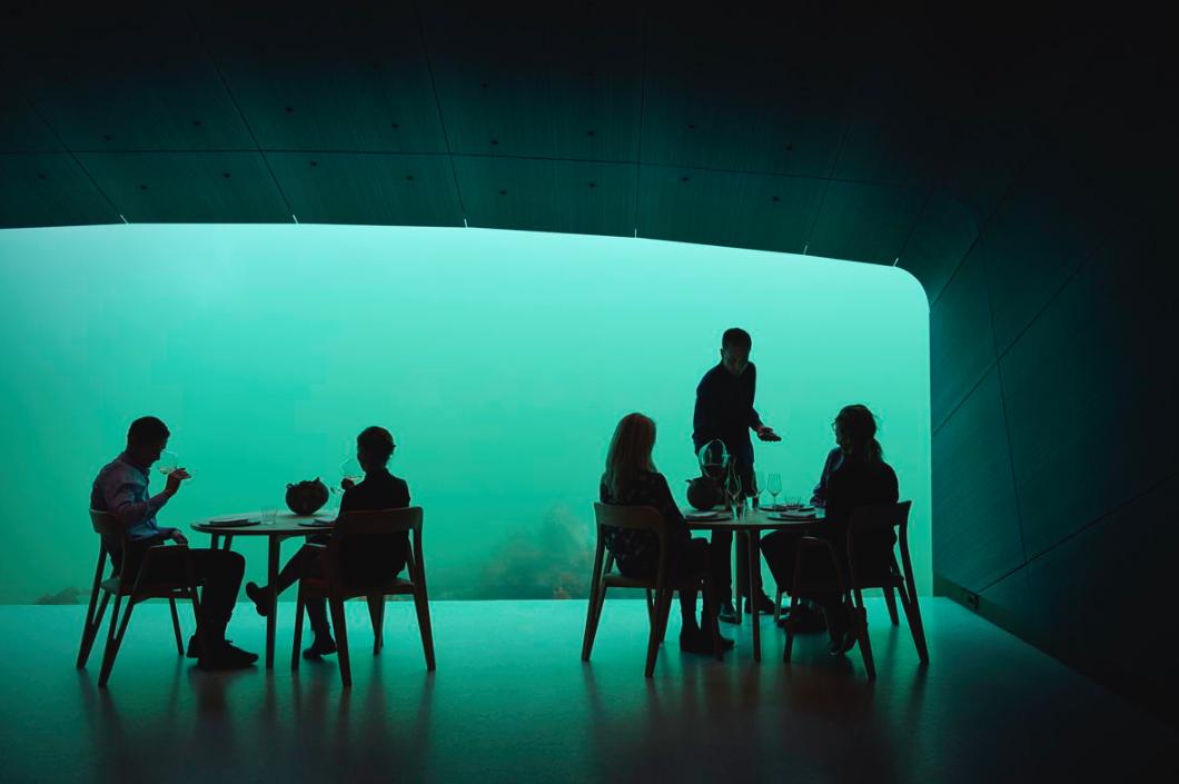 Bis zu 40 Personen können hier gleichzeitig ihr Gourmet-Abenteuer unter Wasser erleben / Foto: © Ivar Kvaal  – snohetta.com