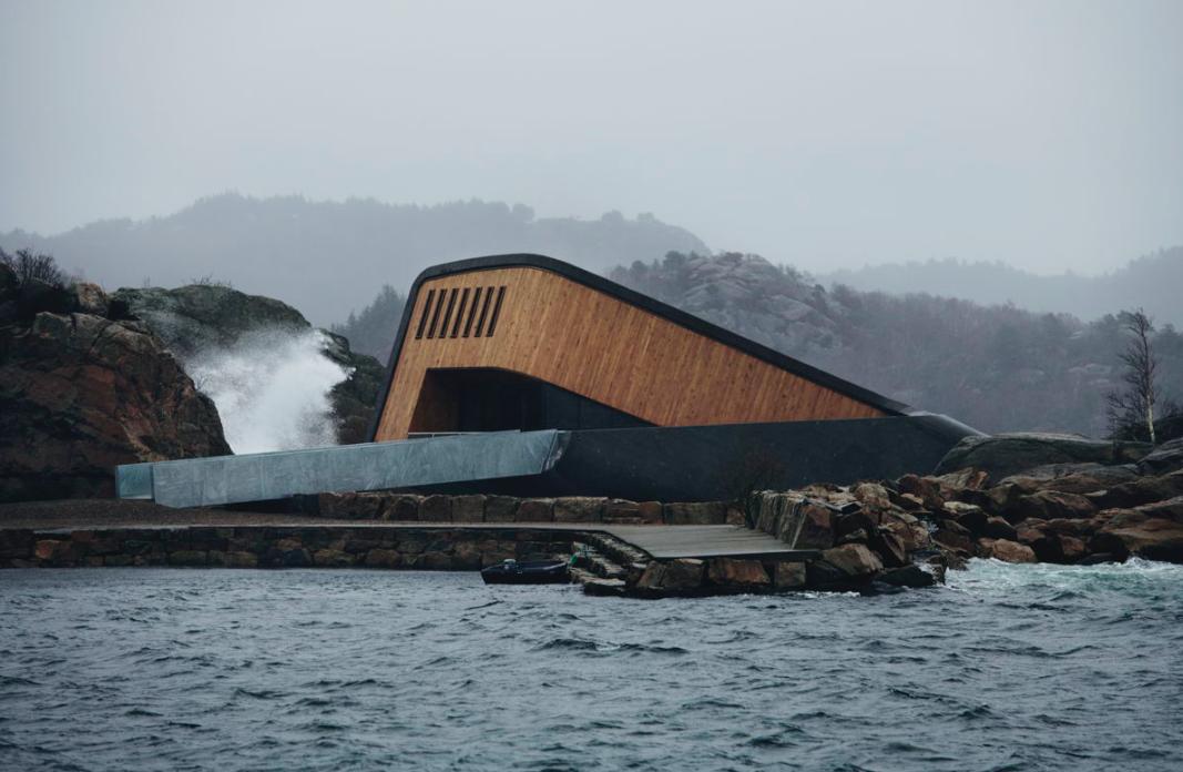 """Der Bau ragt zur Hälfte aus dem Wasser und """"verschluckt"""" den Besucher quasi beim Eintreten / Foto: © Ivar Kvaal  – snohetta.com"""