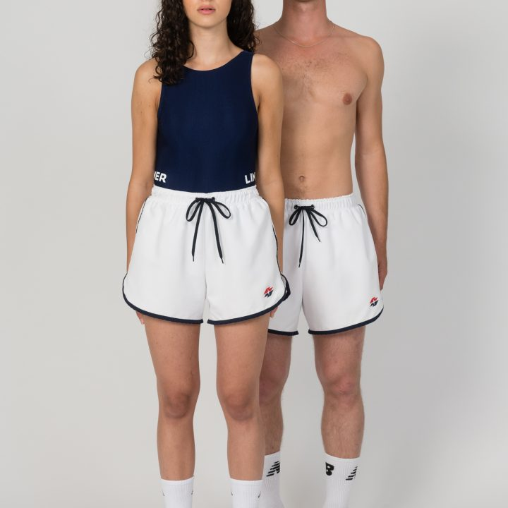 Die weiße Badeshort ist so designt, dass sie sowohl Männer als auch Frauen tragen können. -Fotocredits: Christoph Liebentritt