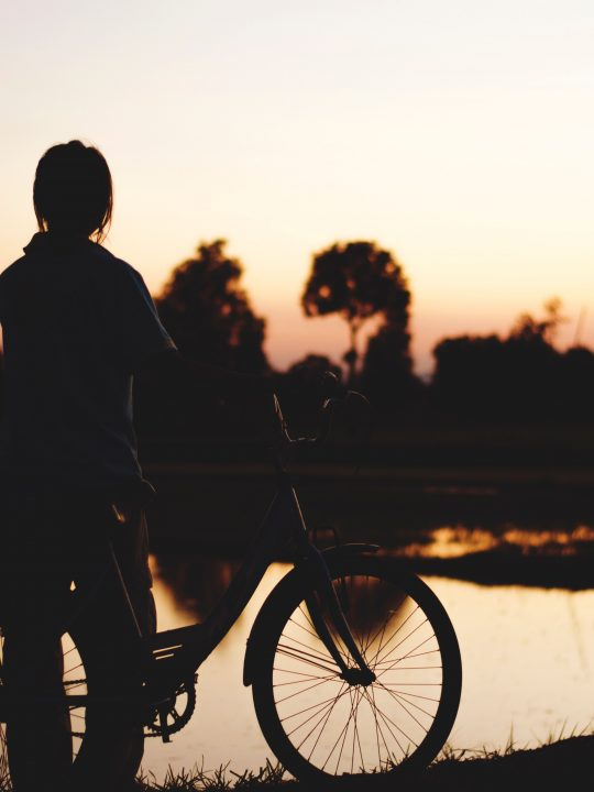 Laue Sommerabende am Wasser - und mit dem Rad wieder nach Hause / Fotocredit: Paul Hansa via Unsplash