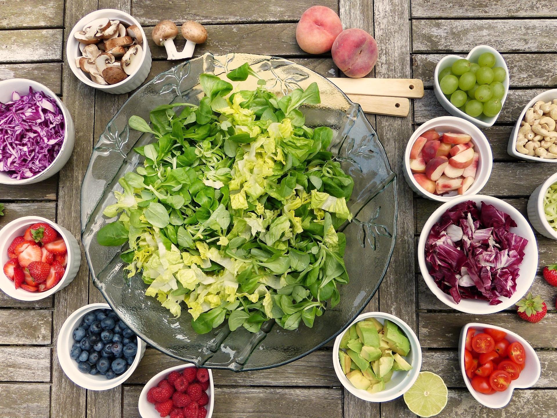 Sowohl grüner Salat, als auch Paradeiser und diverses Gemüse hat eine kühlende Wirkung. - Photocredit: pixabay.com/silviarita