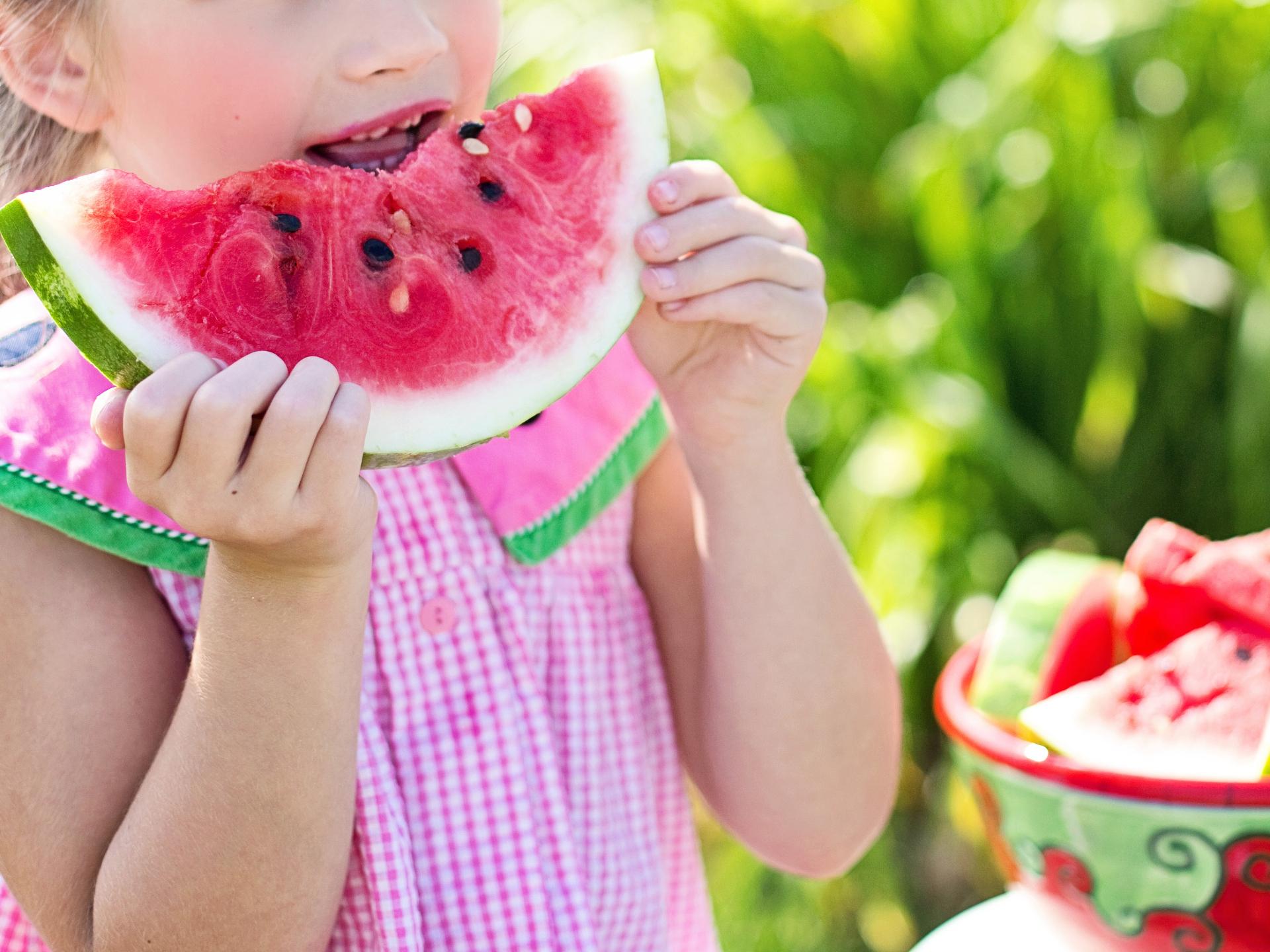 Es gibt einen guten Grund, warum sich viele Kinder (und Erwachsene) im Sommer über Wassermelonen stürzen. - Photocredit: pixabay.com/JillWellington