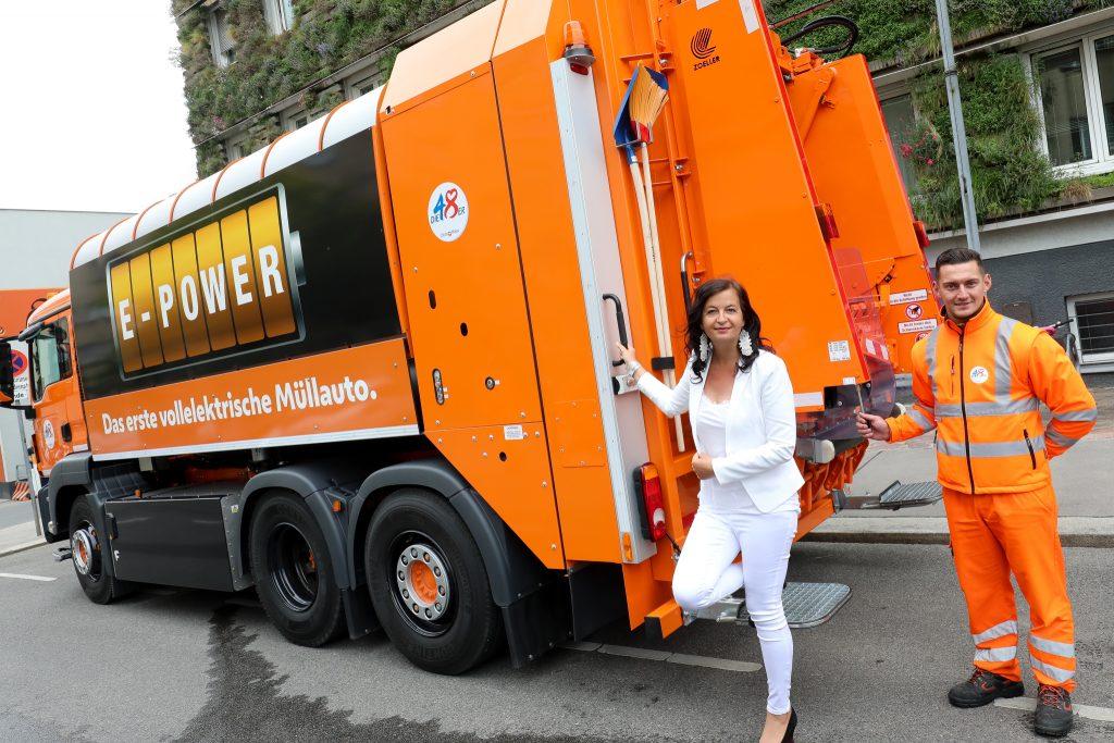 Stadträtin Ulli Sima präsentiert das erste vollelektrische Müllsammelfahrzeug Österreichs – Fotocredit: PID/Christian Fürthner