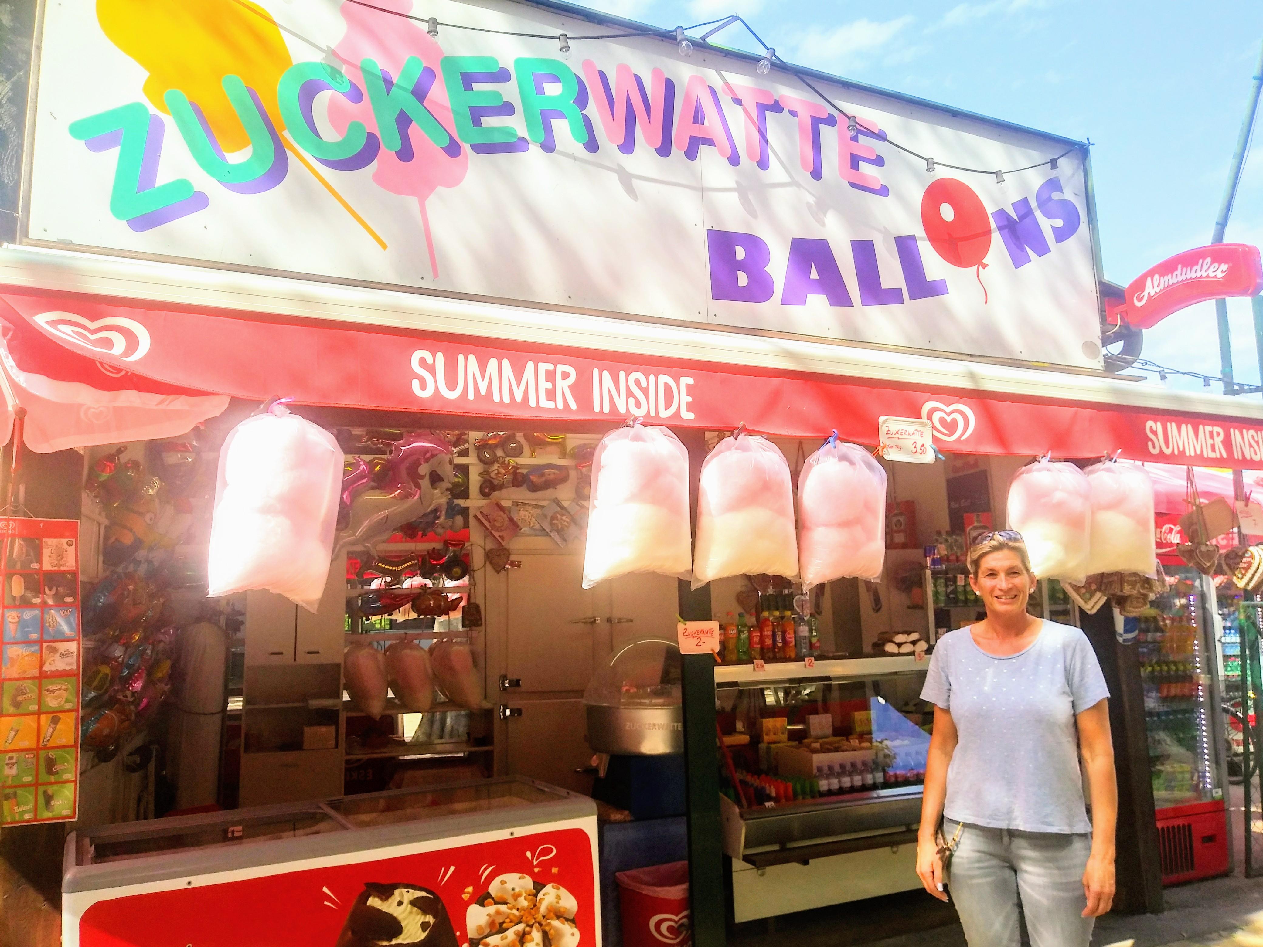 Zuckerwatte und Ballons – eine klassische Praterkombination bei Karin Lindengrün