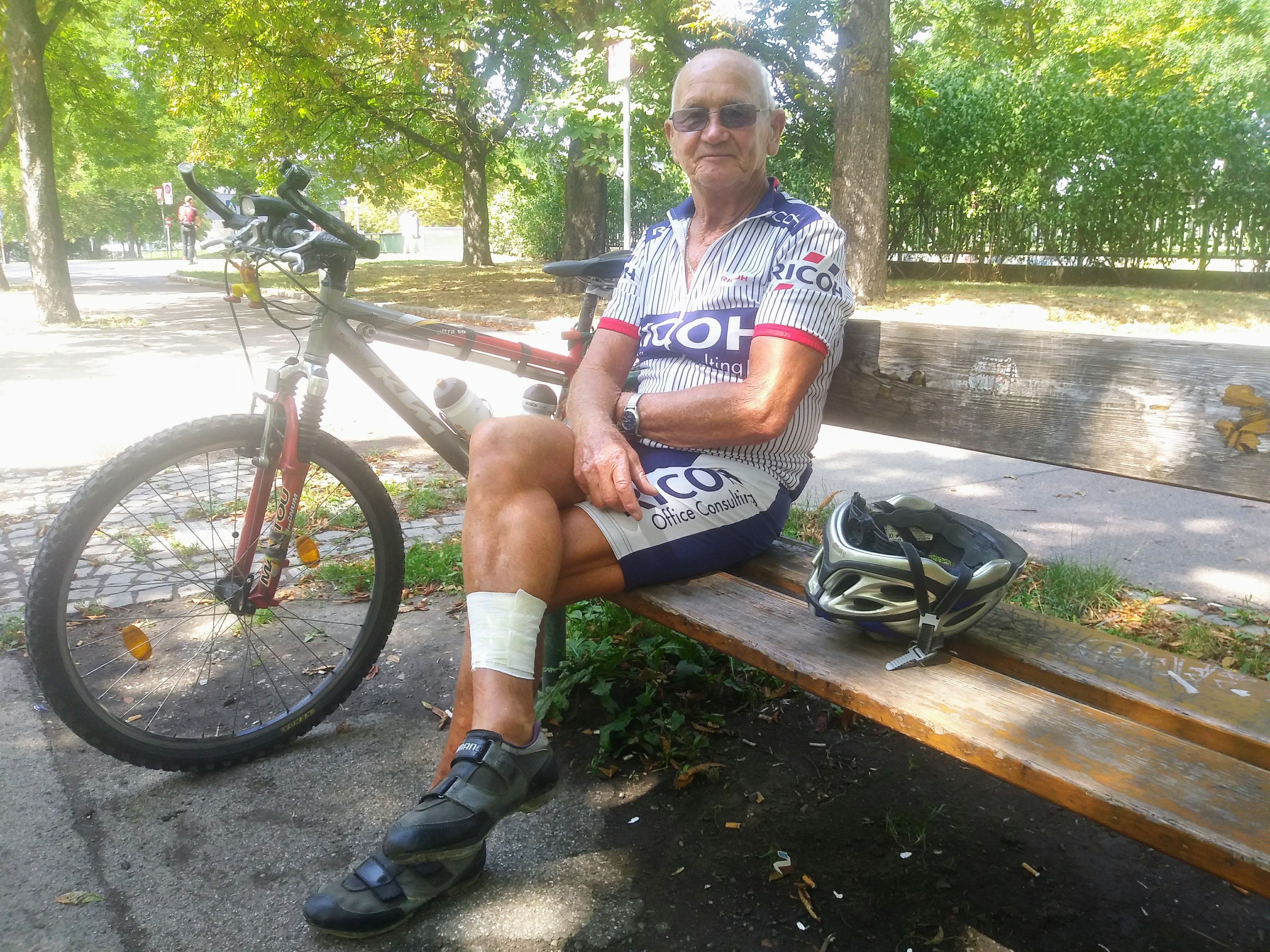 Erwin Brünner macht kurz Pause, bevor er sich mit dem Rad wieder auf den Heimweg macht