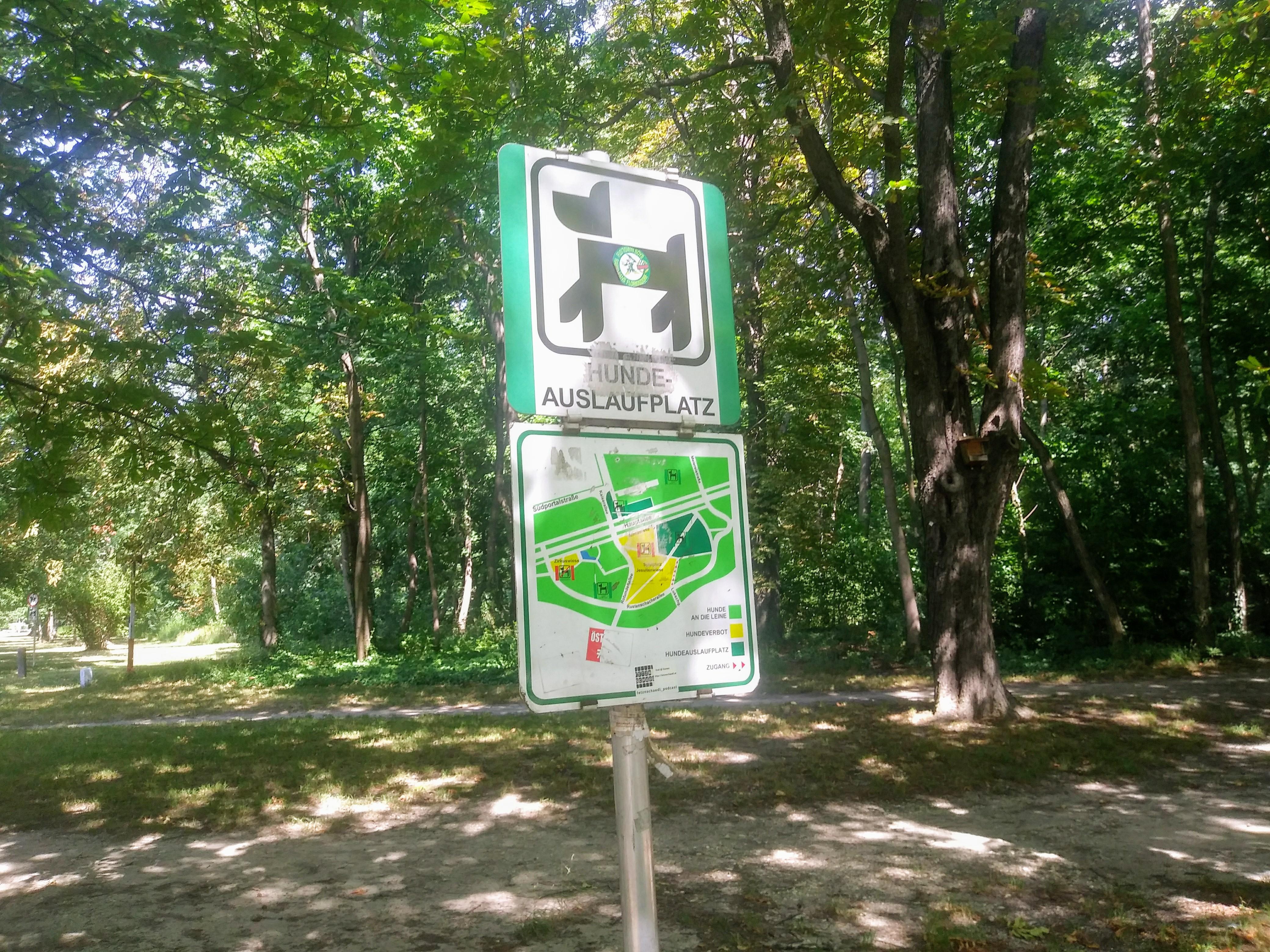 Dieses Schild markiert den Beginn der vierbeinigen Glückseligkeit: Die größte Freilaufzone für Hunde in Wien