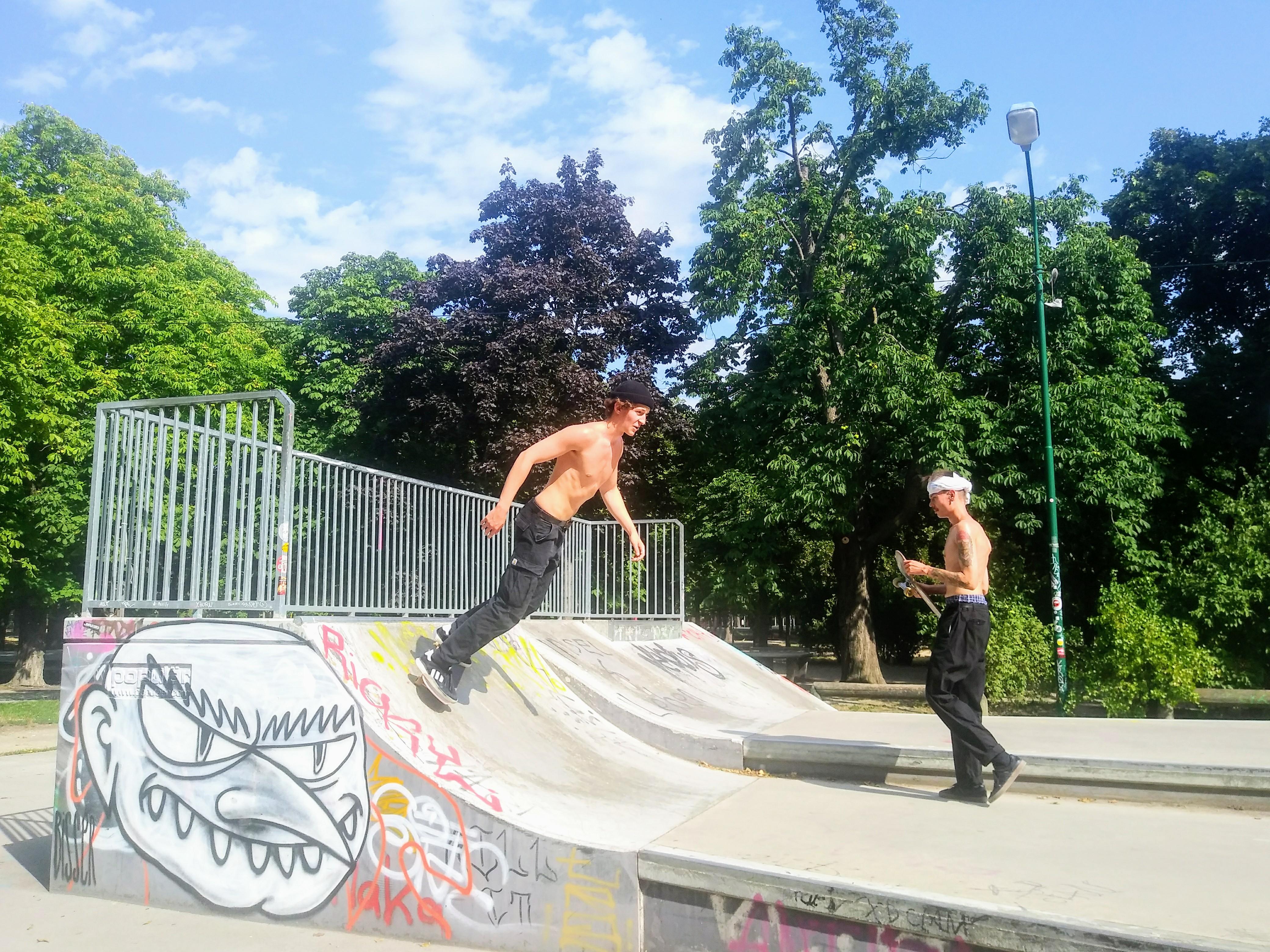 Noah Moll und Erik Staringer genießen die Möglichkeit des Skates im Prater