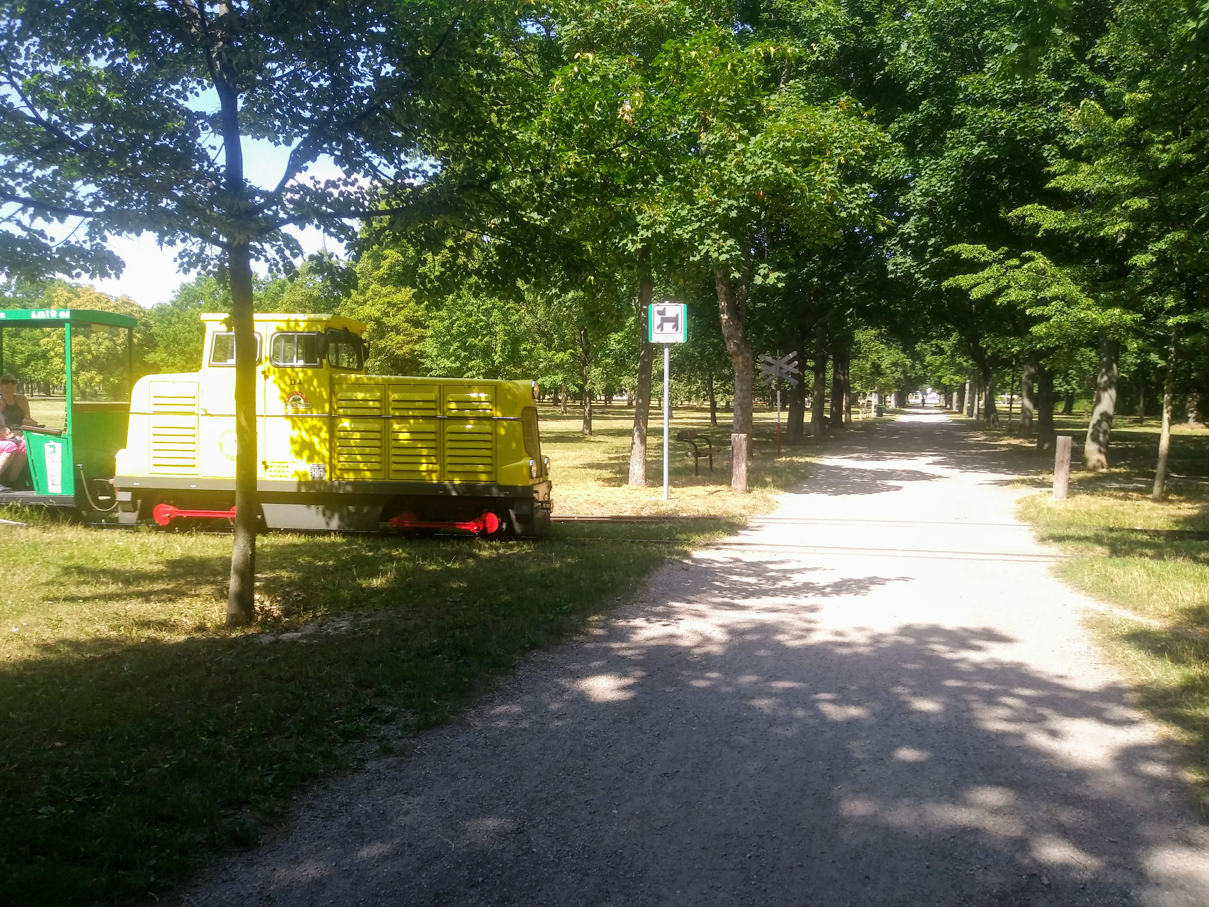 Achtung vor der Liliputbahn: Der knapp vier Kilometer lange Rundkurs der kleinen Schmalspurbahn kreuzt auch Gehwege