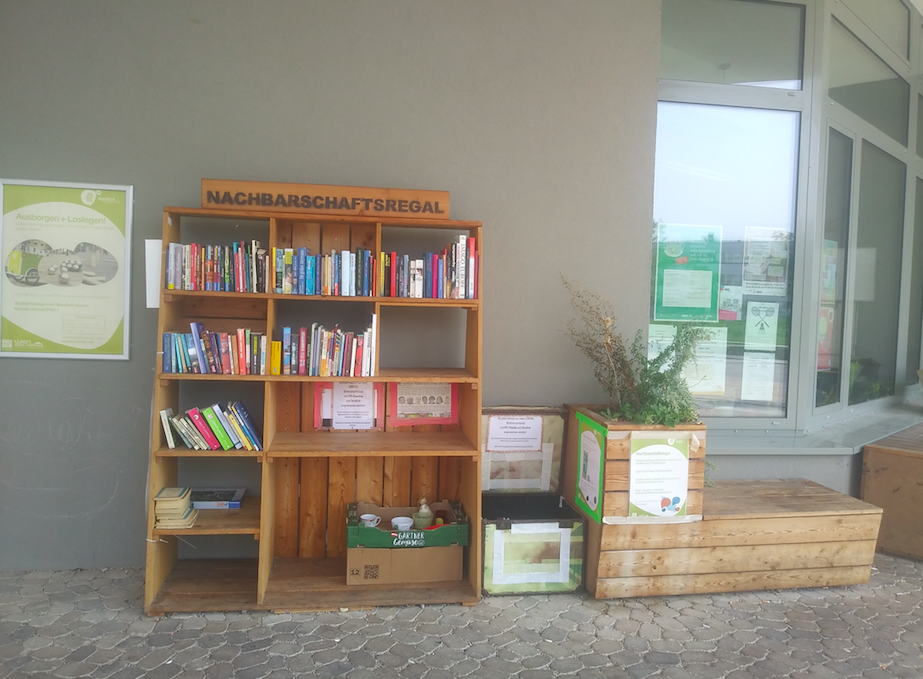 Im Nachbarschaftsregal wird geteilt – Bücher, Dekogegenstände und Geschirr. Was einer nicht mehr braucht, kommt jemand anderem zugute