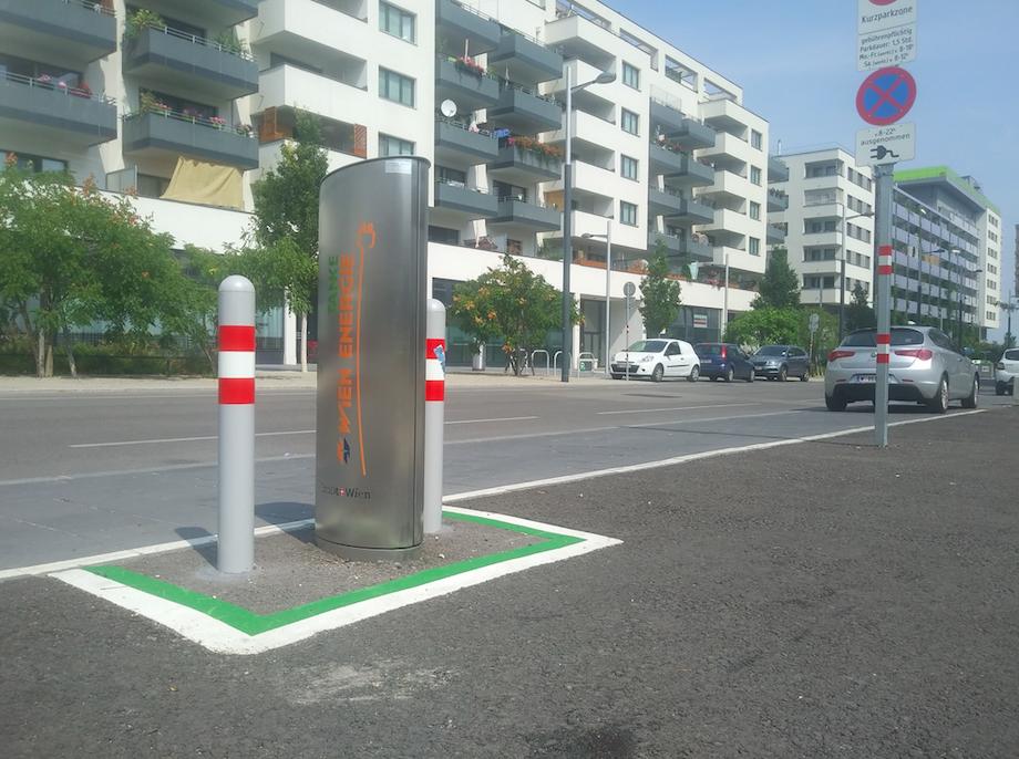 Das eigene E-Auto ganz einfach an einer der Wien Energie Ladestationen inmitten der Seestadt aufladen