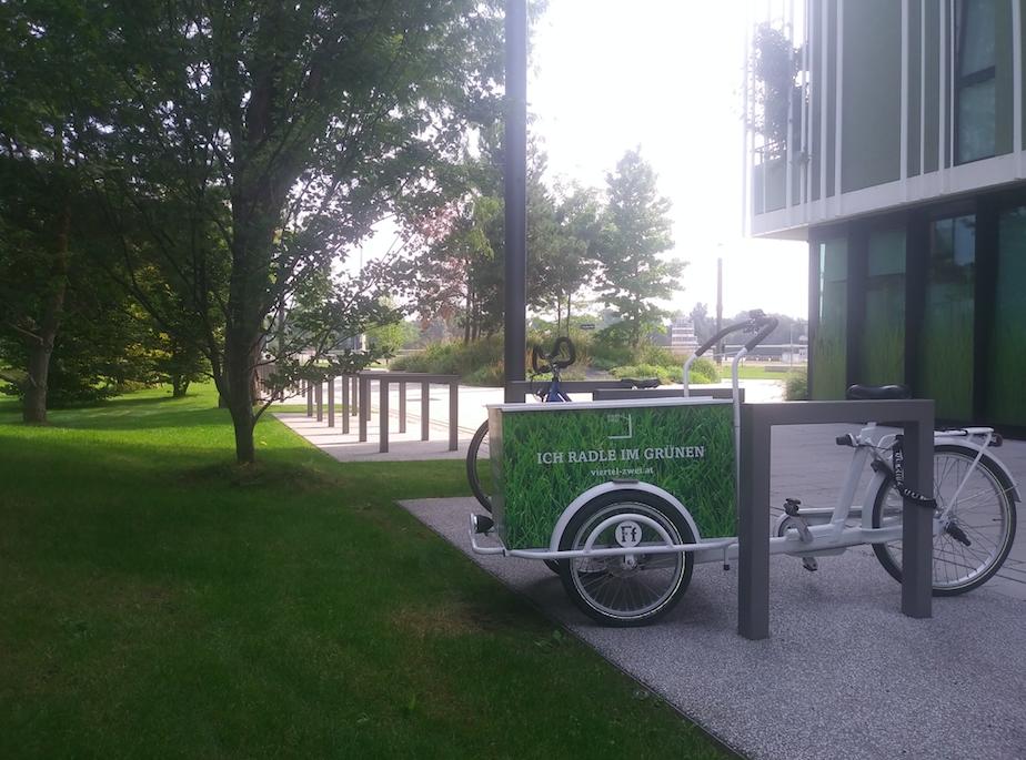 Unmittelbar im Viertel bewegt man sich mit dem Rad fort – im Hintergrund die Trabrennbahn