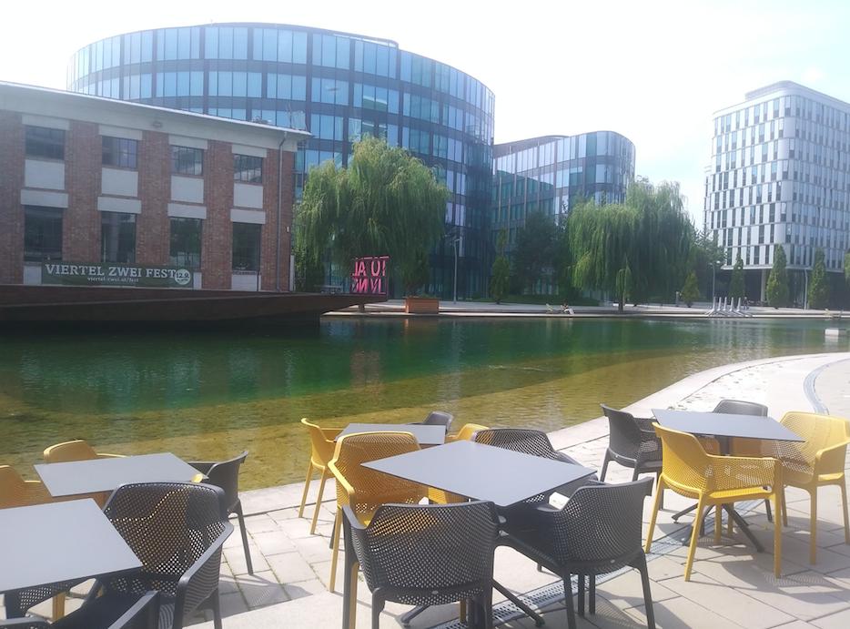 Mittagspause am Wasser? Kein Problem – Restaurants mit Gastgärten warten auf die, die Pause machen
