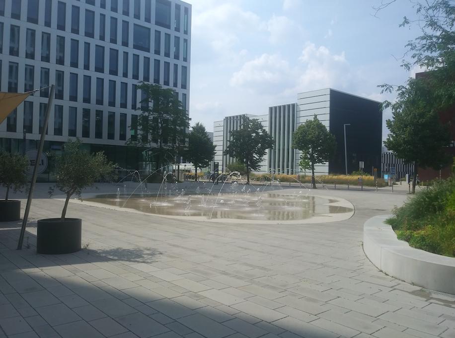 """Erfrischende und kontemplative Wasserspiele – gleich links befindet sich """"Das Glashaus"""""""