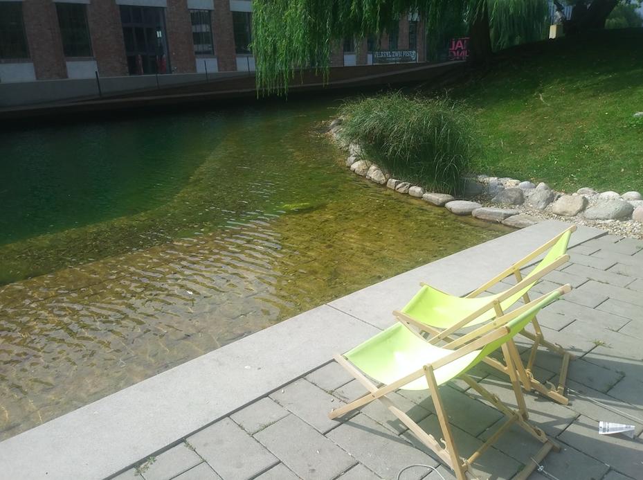 Zwei Sonnenliegen, Seeblick, Grün – schon ist das Glück des städtischen Erholungsuchenden perfekt