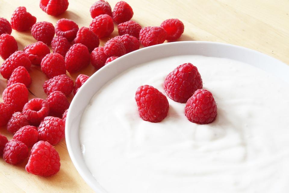 Nicht nur als Frühstück oder Dessert, sondern auch als Hilfe gegen Sonnebrand gut: Joghurt. -Fotocredits: EliasSch/pixabay
