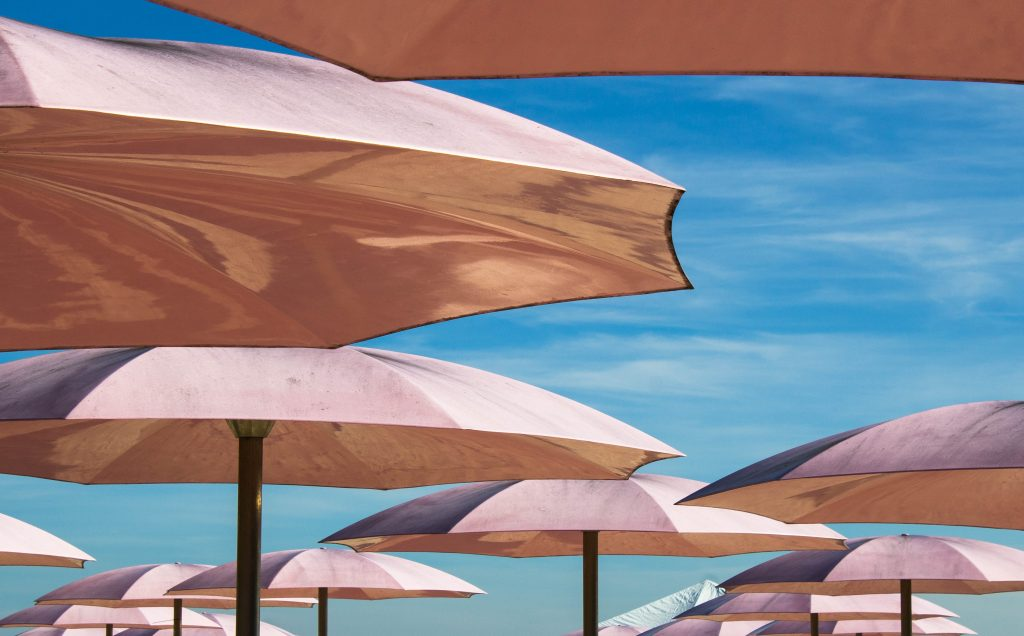 Der richtige Schutz vor Sonneneinstrahlung ist wichtig. Sollte es dennoch zu einem Sonnenbrand kommen, dann können natürliche Mittel die Haut bei der Heilung unterstützen. -Fotocredits: Diane Walton/Unsplash