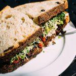 3. Sprossen verfeinern viele Speisen. Vor allem am Brot schmecken sie wunderbar. - Fotocredit: Pixabay/JayMantri