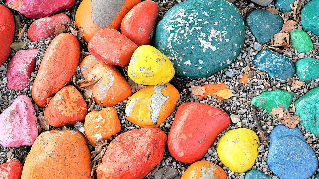 4. Kieselsteine sammeln und bemalen macht richtig Spaß - bei schönem Wetter und bei Regen. - Fotocredit: Pixabay/photosforyou