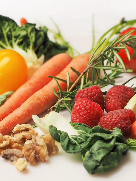 Mehrere Portionen Obst und Gemüse gehören zu einer ausgewogenen Ernährung dazu – Foto: © Deborah Breen Whiting / pixabay.com