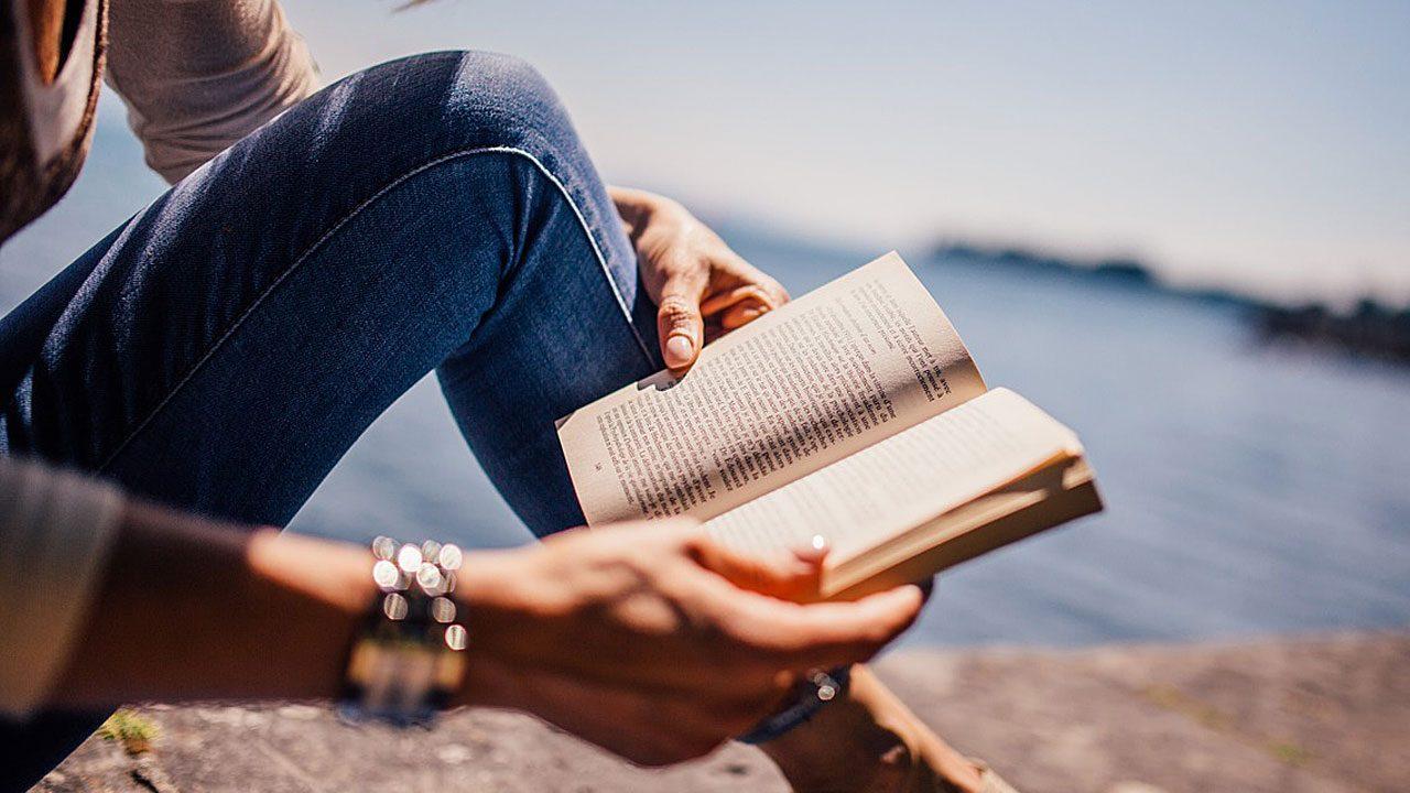 2. Stress abbauen hilft ebenfalls, deine Abwehrkräfte zu stärken. Entspann dich! Egal, ob mit einem Buch, mit Yoga oder Meditation. - Fotocredit: Pixabay/StockSnap
