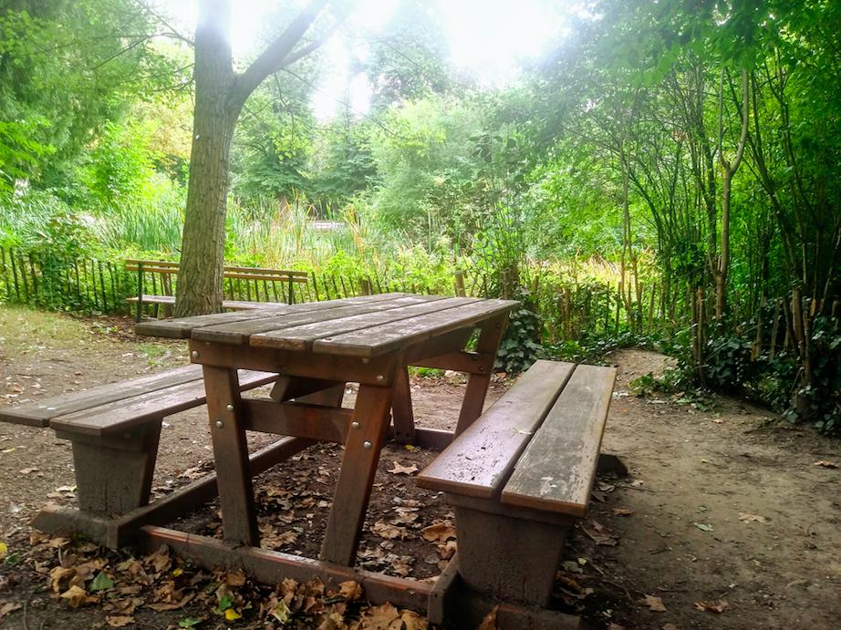 Charakteristisch für den Park sind viele, viele städtische Bänke, die entlang der Spazierwege stehen. Aber es gibt auch ein paar versteckte Picknicktischchen, wie diesen hier.