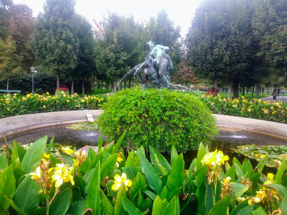 Zu entdecken gibt es hier allerlei: Zum Beispiel den Triton- und Nymphenbrunnen, der 1880 vom österreichischer Bildhauer und Porträtist Viktor Tilgner errichtet wurde.