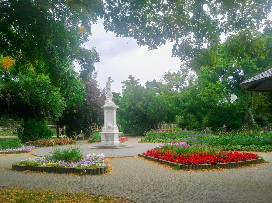 Hier im Stadtpark finden sich neben den freien Grünflächen zahlreiche Beete, die akribisch gestaltet werden.