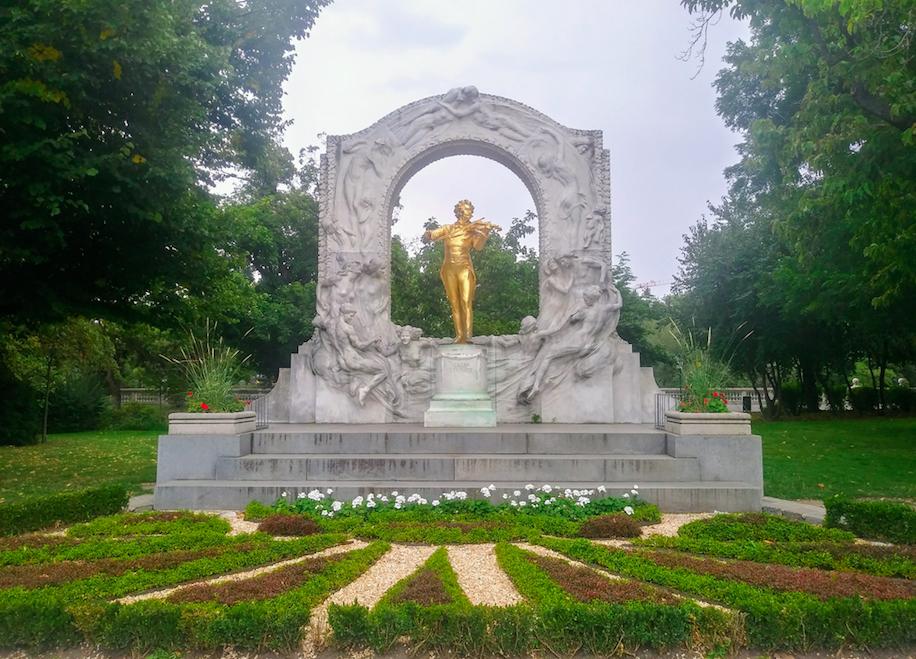 Das Denkmal des berühmten Komponisten Johann Strauss zieht natürlich viele Touristen in den Stadtpark.