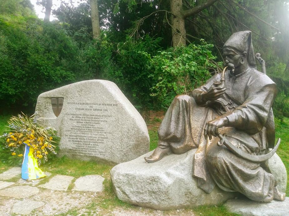 """Zum Gedenken an die ukrainische Kosaken, den Mitbefreiern Wiens 1683"""" steht hier auf diesem Denkmal, das 2003 im Türkenschanzpark errichtet wurde."""