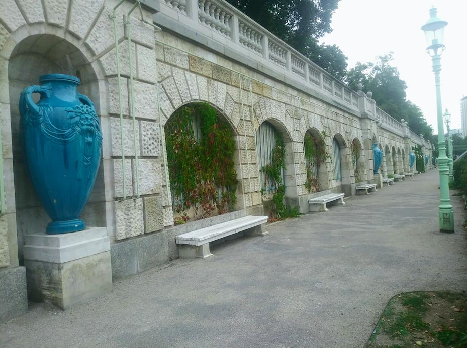 Der Wienfluss fließt durch den Stadtpark. Etwas oberhalb des Ufers finden sich im Stadtpark zahlreiche Sitzgelegenheiten.