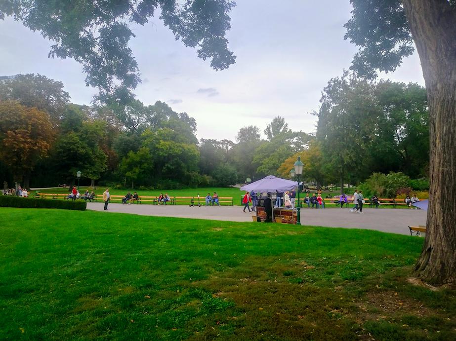 Bänke und Grünflächen bieten im Stadtpark sowohl für müde Touristenbeine als auch für Entspannung suchende Wiener genügend Erholungsraum.