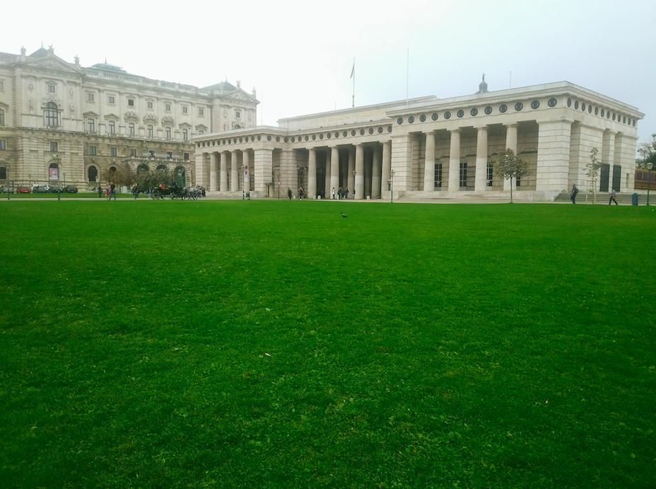 Am Weg zum Burggarten kann man sich auch noch mal auf den Grünflächen am Hofburggelände ausruhen. Die Wiese am Heldenplatz lädt im Frühjahr und Sommer förmlich dazu ein.