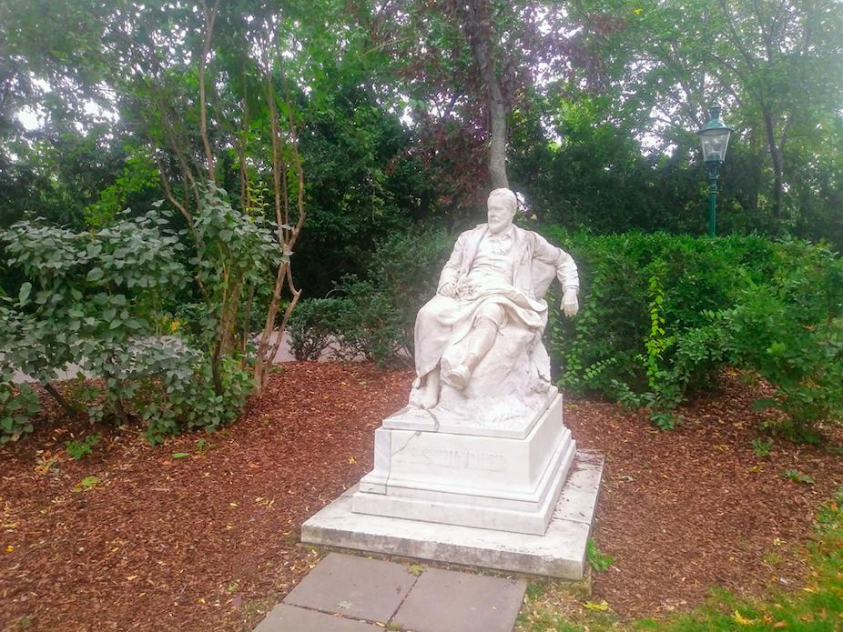 Das Denkmal des österreichischen Landschaftsmalers Emil Jakob Schindler wurde bereits 1895 im Stadtpark enthüllt.