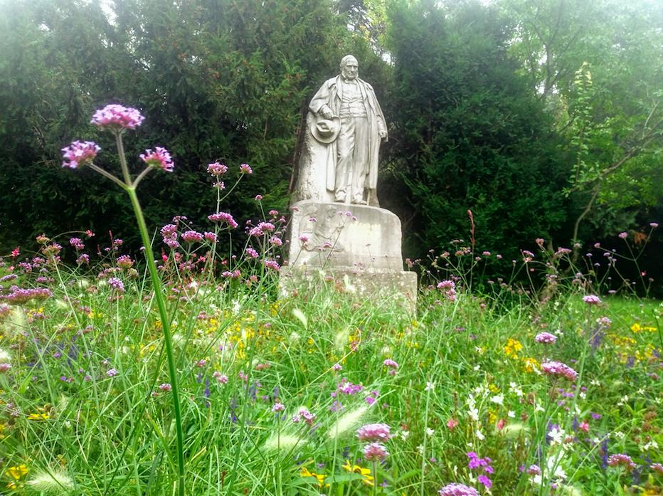 Neben vielen anderen ist auch dem österreichischen Schriftsteller und Maler Adalbert Stifter im Türkenschanzpark ein Denkmal gesetzt. Eingebettet in die frühherbstliche Blumenwiese.