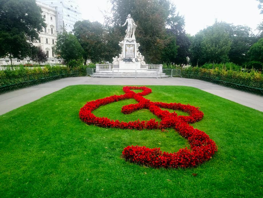 Das Mozart-Denkmal aus Laser Marmor wurde wie der Tritonbrunnen im Volksgarten von Viktor Tilgner gestaltet.