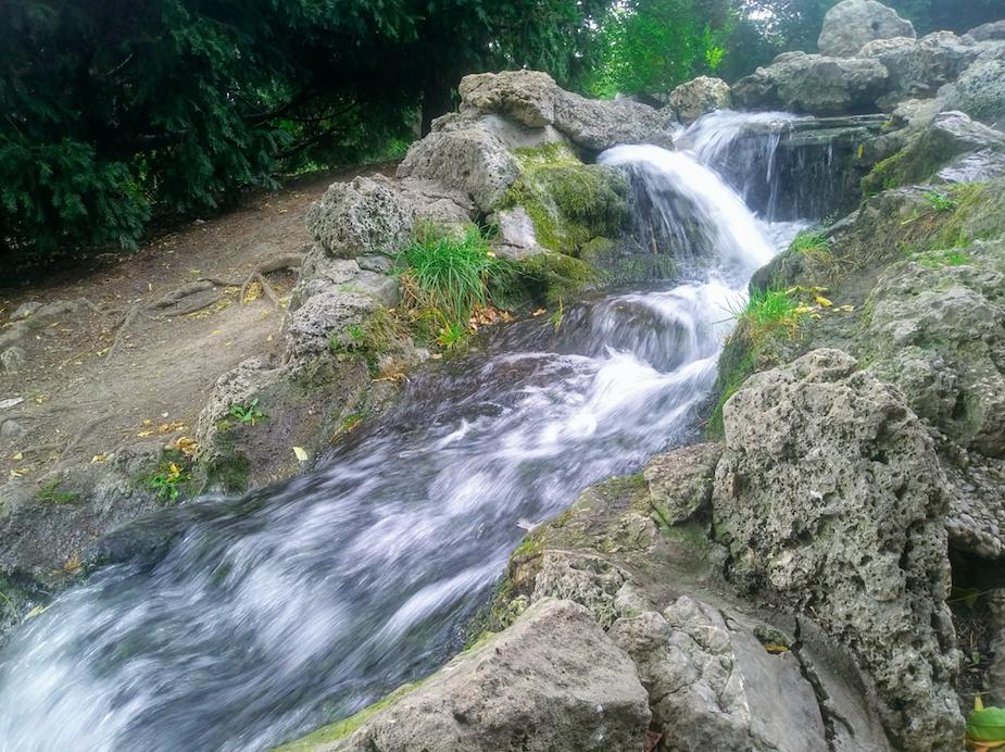 Einen kleinen Wasserfall findet man im Stadtpark nämlich übrigens auch.