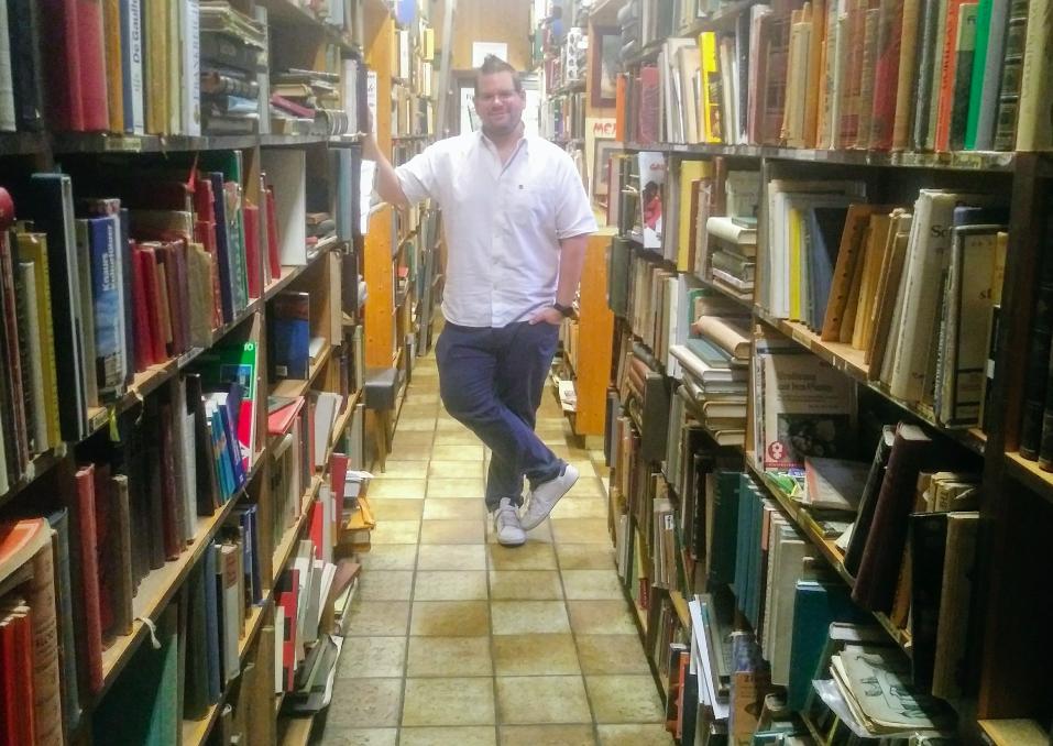 Harald Anzböck inmitten seiner Bücher – 80.000 Stück hat er auf Lager.