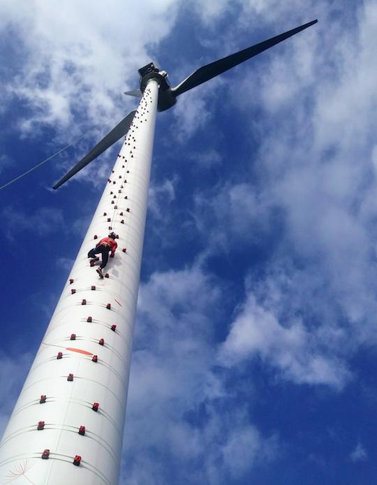 Luftige Höhe: Jessica Pilz erklettert weltweit zum ersten Mal ein Windrad von außen.
