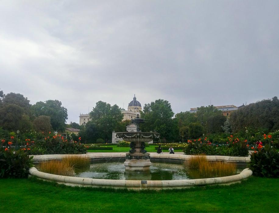 """""""Lustwandeln"""" – das ist das Wort, das sich Besuchern von Volks- und Burggarten eindeutig aufdrängt."""