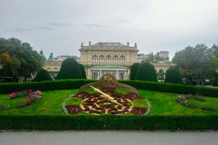 Die liebevoll gestalteten Gartenanlagen ziehen sich durch den Park. Im Hintergrund der am 8. Mai 1867 eröffnete Kursalon im italienischen Renaissance-Stil.