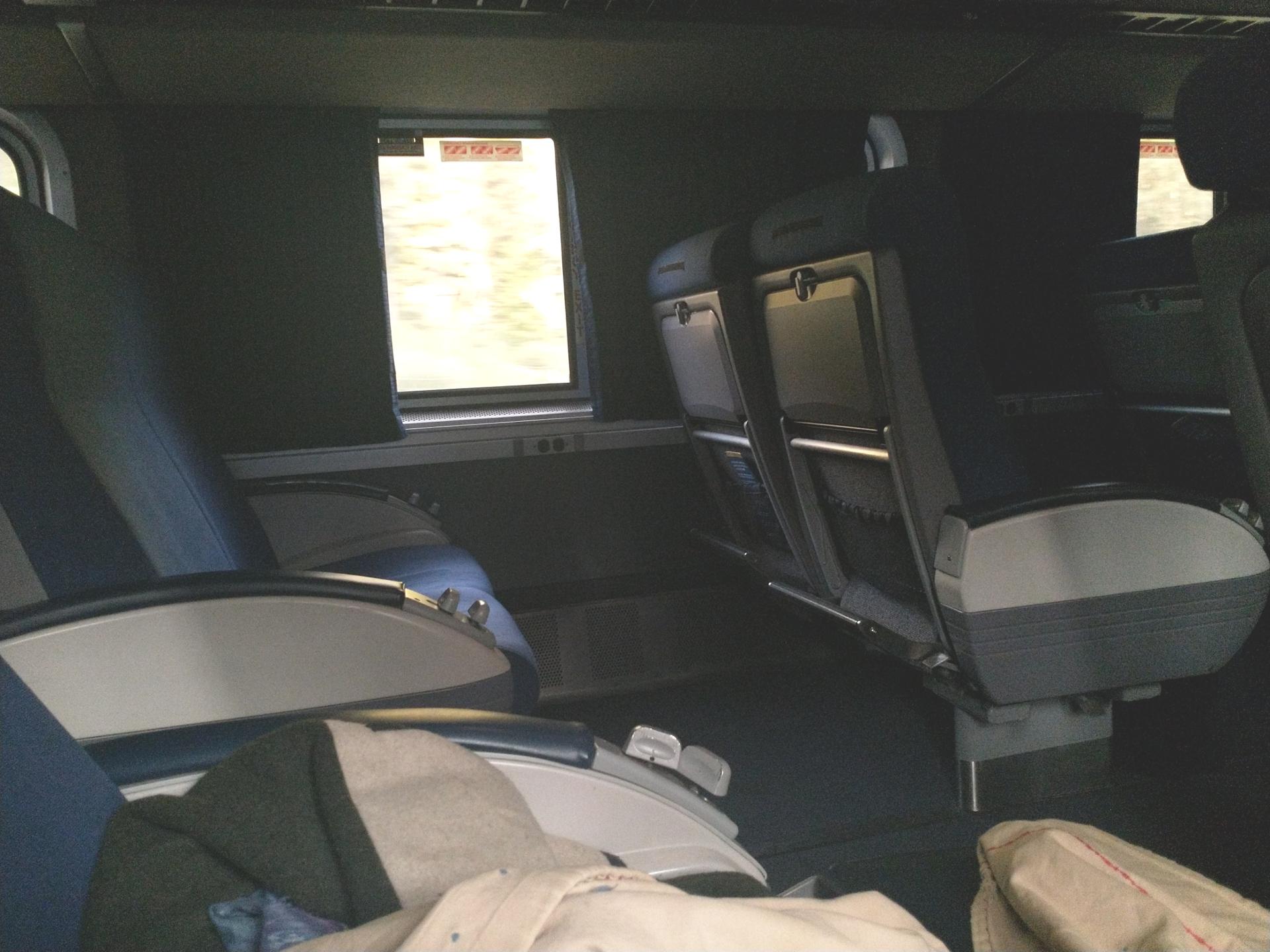 Der Sitzbereich ist niedriger, aufgrund des zweiten Stockes, und daher auch meist dunkler. Auch tagsüber. - Photocredit: Elisabeth Demeter