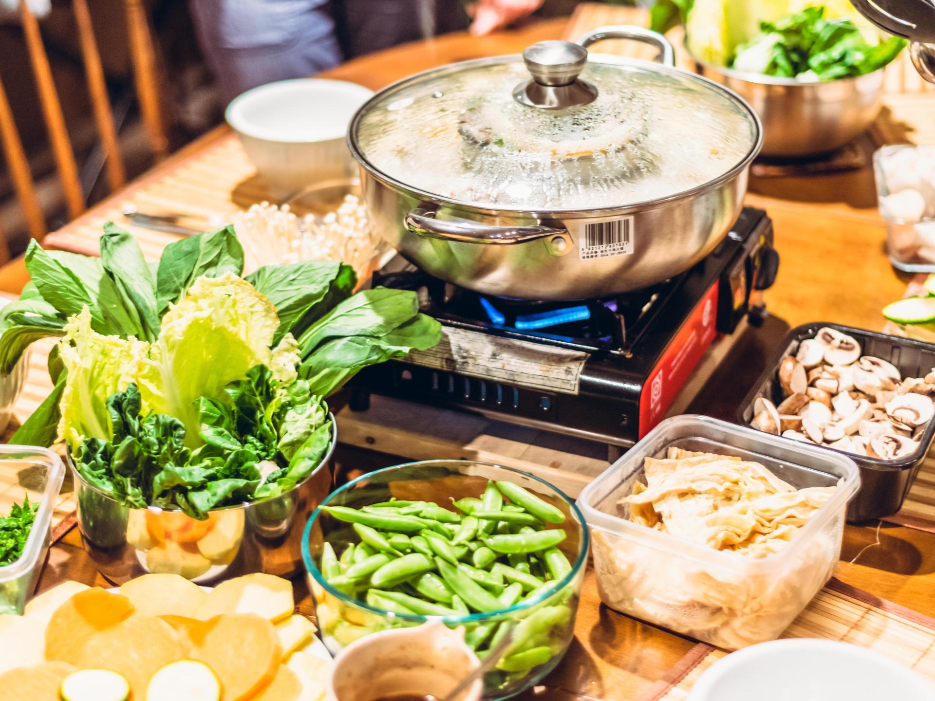 Wenn wir zu viel kochen, und daher unsere Nachbarn einladen, oder ihnen einen Teil anbieten, bauen wir Beziehung auf, und vermeiden, dass das Essen schlecht wird und weggeworfen werden muss. - Photocredit: pixabay.comlsachelny
