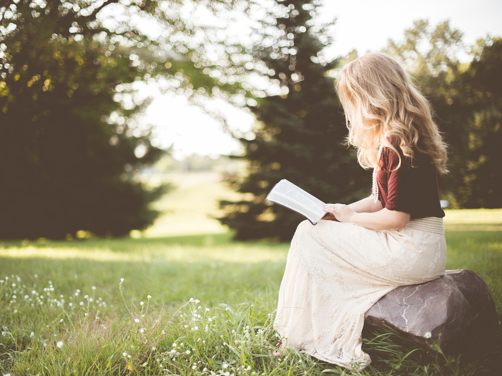 Egal ob wir zum Lesen uns in den Garten setzen, oder draußen essen oder sonst etwas tun. Mit einem Tiny House verbringen wir mehr Zeit draußen. - Photocredit: pixabay.com/StockSnap