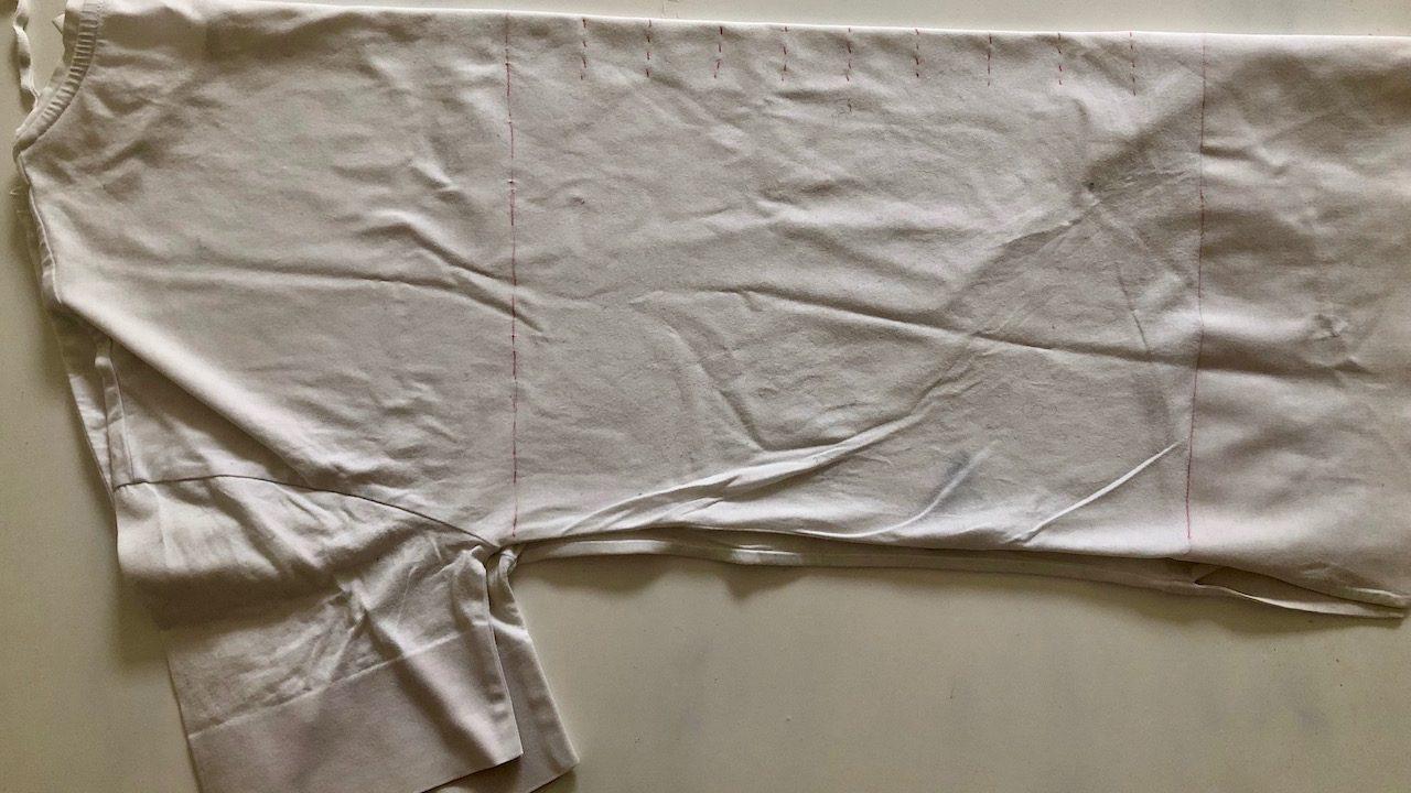 Das T-Shirt einmal in der Mitte falten. Um das Garn herzustellen, verwenden wir nur den mittleren Teil. -Fotocredits: Lisa Radda