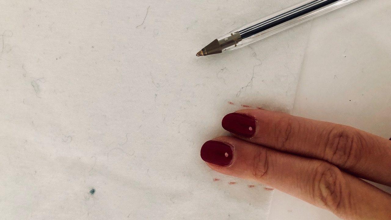 Zeichne zwei Finger breite Einschnittlinien. -Fotocredits: Lisa Radda
